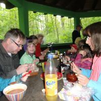 Gemeinschaftliches Essen unterm Dach der Rentnerhütte